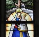 Een glasraam met de Maagd en kind