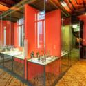 Een glazen tentoonstellingskast met collectiestukken in