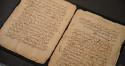 Een tentoongesteld manuscript in Arabisch schrift