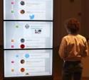 Man kijkt naar scherm met berichten van sociaal medium