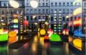 Foto van allerlei weerspiegelde gekleurde lampen