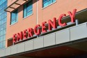 Het woord 'emergency' in rode letters op een gevel