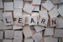 """Scrabblesteentjes spellen het woord """"LEARN"""""""