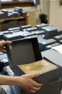 Oude druk wordt verpakt in zuurvrije doos