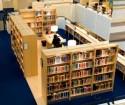 Leestafel omringt door boekenkasten