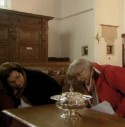 Twee vrouwen bekijken een offerschaal