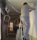 Technici plaatsen nieuwe elektrische leidingen