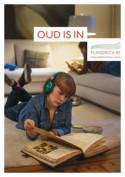 Tiener leest in huiskamer in historisch handschrift