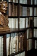 Grote bibliotheek met houten buste in het Museum Plantin-Moretus/Prentenkabinet
