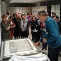 Bibliotheekmedewerkers buigen zich over een middeleeuwse aflaatbrief