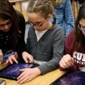 Kinderen aan de slag met een tablet in de bibliotheek