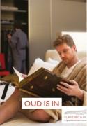 Man leest in bed in groot oud boek