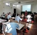 Deelnemers luisteren naar de presentatie van Eva Wuyts