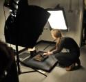 Vrouw en boek in mobiele fotostudio