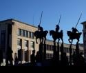 Standbeelden van ruiters met lansen voor het gebouw van de KBR