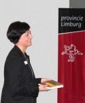 Martine Balcer, directeur van de PBL, met het eerste exemplaar van de 'Schadeatl