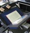 Boek op de boekenwieg van een scanner
