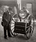 Oudere man bij een kar met een grote lamp en een batterij