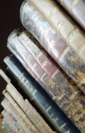 foto van de rug van oude boekbanden