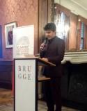 Minister Gatz aan het spreekgestoelte in het stadhuis van Brugge