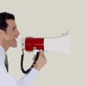 Man met megafoon roept mensen op tot actie