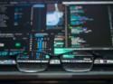 Bril met daarachter computerschermen waarop data te zien is