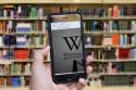Foto van een wikipediagebruiker in een bibliotheek