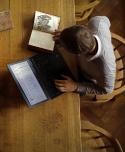 Student aan de slag met de historische collegedictaten en een laptop