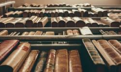 Oude drukken in een boekenkast