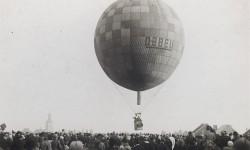 Luchtballon zweeft laag over de grond