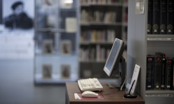 Computer in leeszaal erfgoedbibliotheek