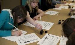 Jongeren tijdens een workshop kalligrafie