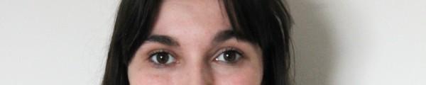 portretfoto, vrouw met donker, halflang haar