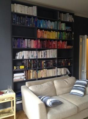 Een shelfie met een boekenkast die op kleur is gesorteerd