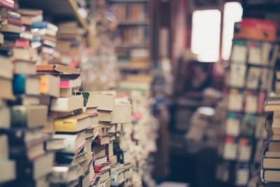 Foto met enorme stapels met boeken