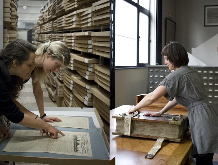 Jonge vrouwen bekijken historische kranten / Jonge vrouw opent groot manuscript