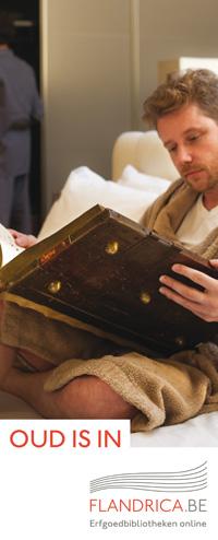 Man leest groot oud boek in bed